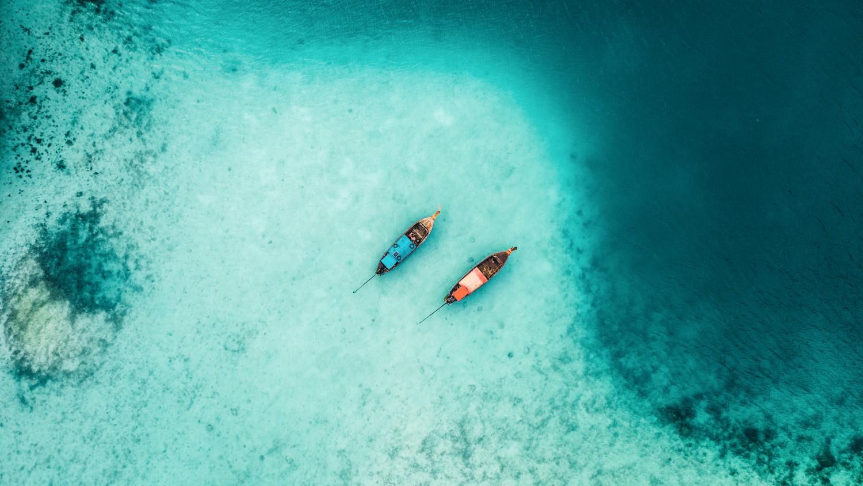 เรือสองลำบนน้ำ